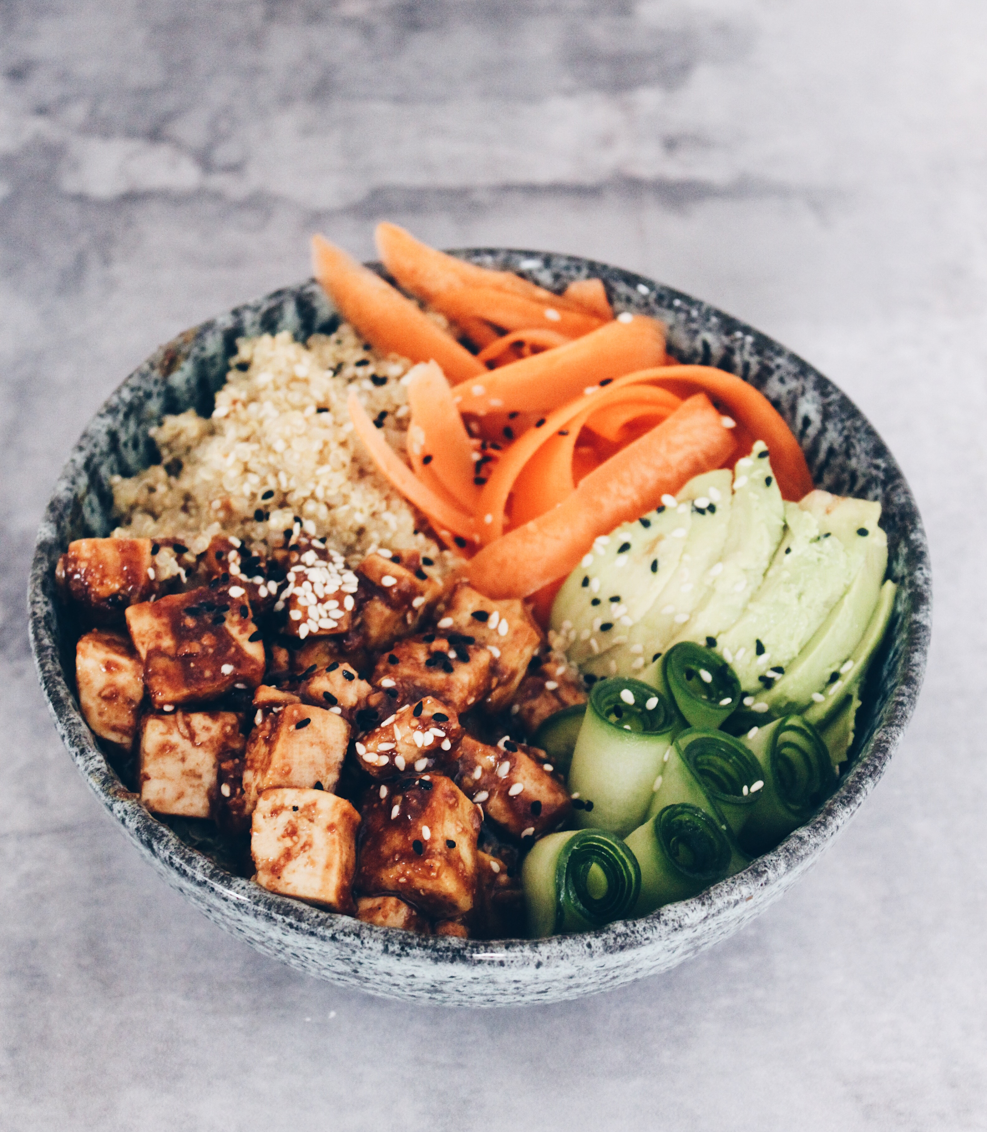 Vegansk buddha bowl med peanutbutter tofu