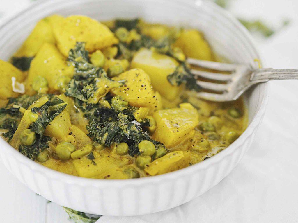 Curry med kartofler og ærter