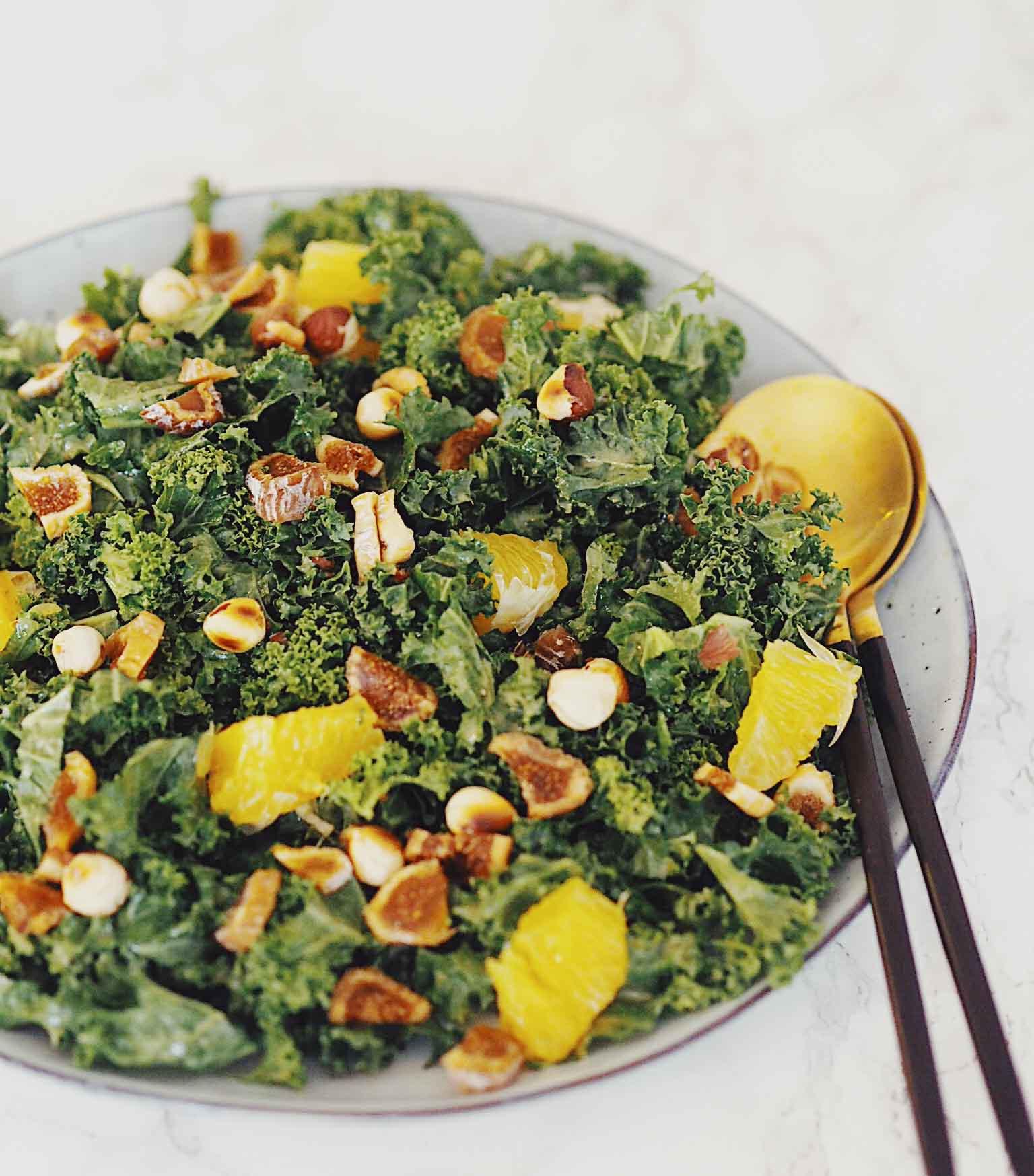 Julesalat med grønkål og ristede hasselnødder