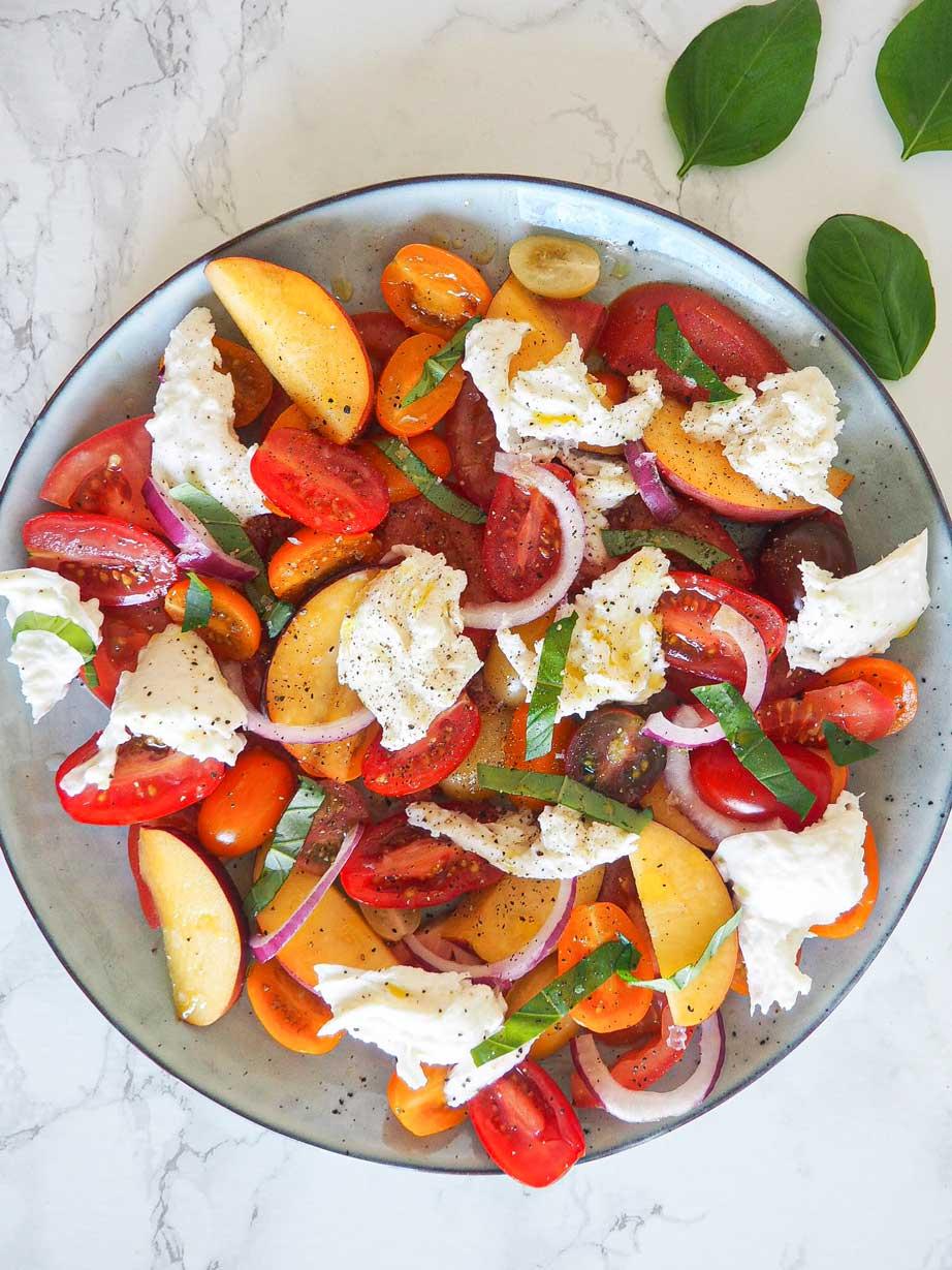 Sommersalat med ferskner og mozzarella