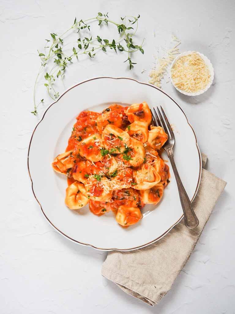 fyldte pasta i tomatsovs