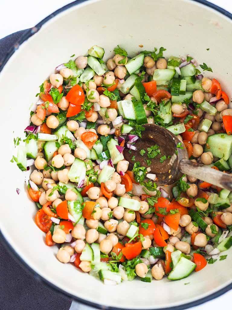 kikærtesalat med agurk og tomater
