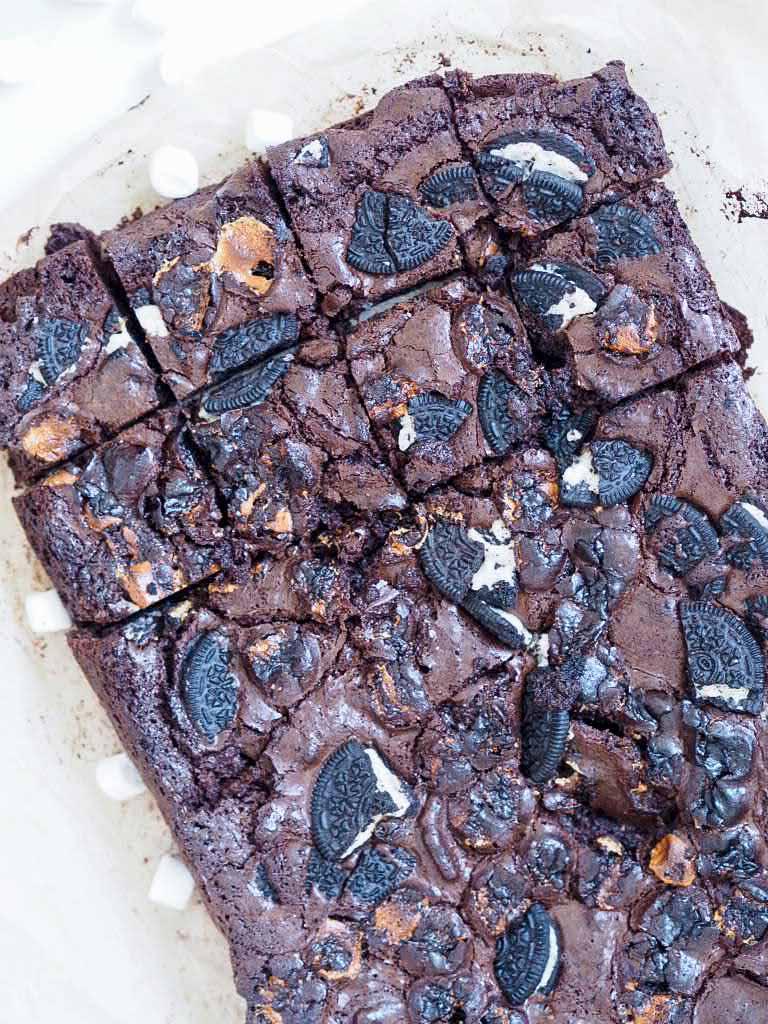 Svampet brownie med oreos og skumfiduser