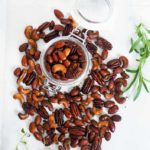 hjemmelavet nøddemix med rosmarin og timian