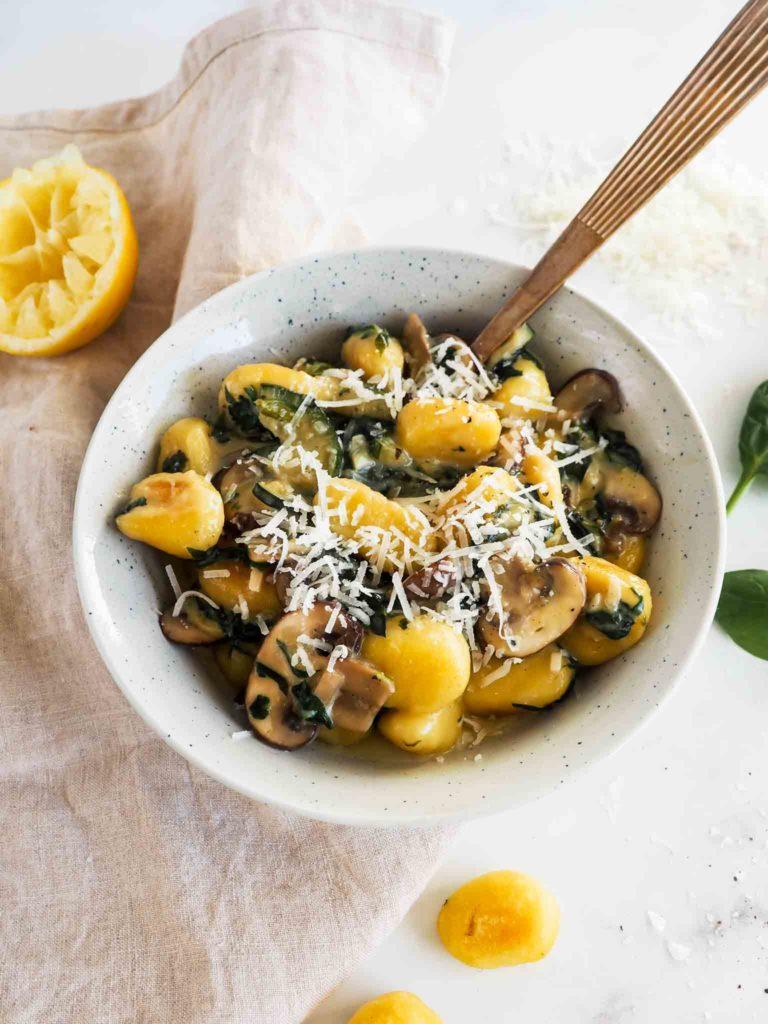 Gnocchi med spinat og champignon i en cremet sovs