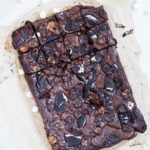 Brownie med oreos og skumfiduser