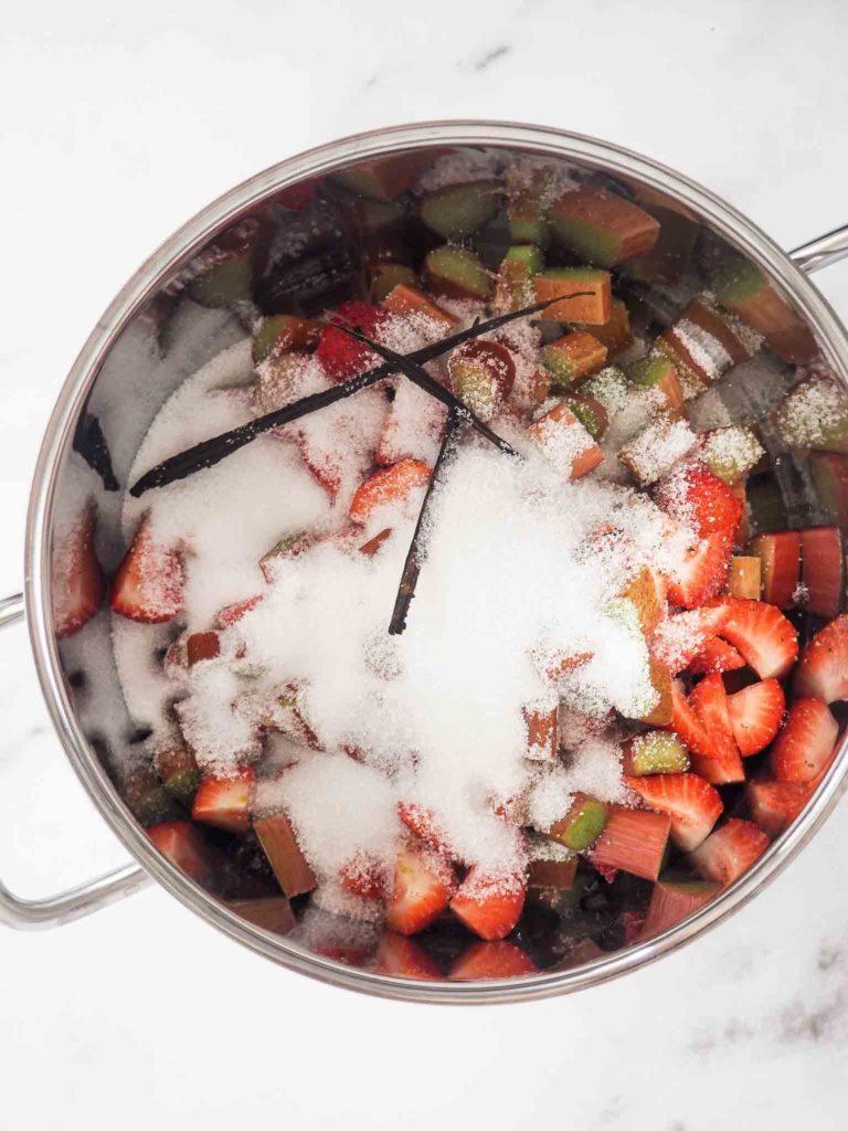 jordbær/rabarber syltetøj i en gryde