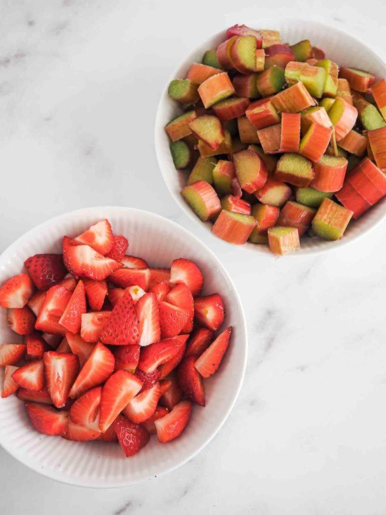hakkede jordbær og rabarber
